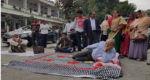 রির্টানিং কর্মকর্তার অফিসে কাঁথা-বালিশ নিয়ে লতিফ সিদ্দিকী