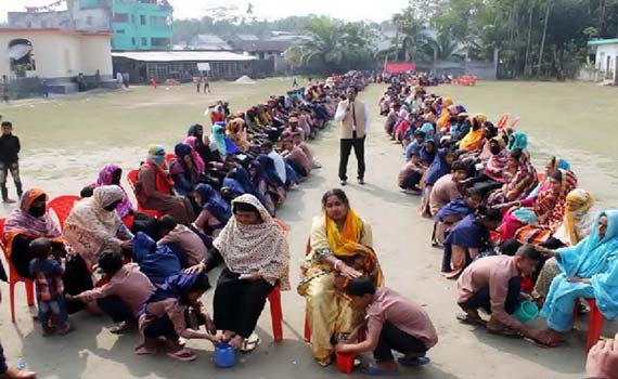 পিরোজপুরে 'মায়ের পা ধুয়ে' সম্মান জানালো স্কুল-শিক্ষার্থীরা