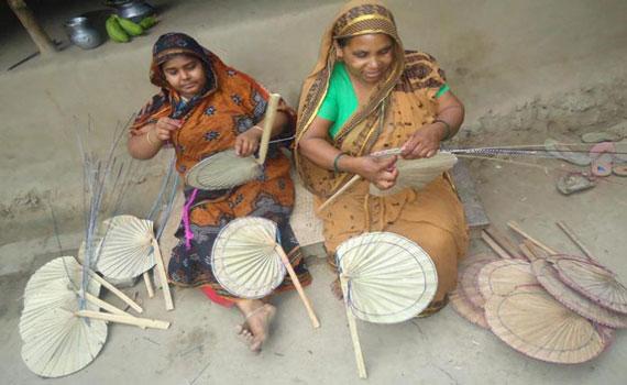 'গরমে বাতাস খাওয়ার'ও সময় নেই কালীগঞ্জের পাখা কারিগরদের