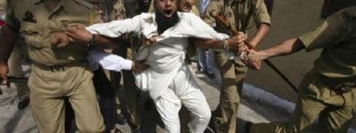 কাশ্মীরে গ্রামে ঢুকে ভারতীয় সেনাদের বর্বর নির্যাতন!